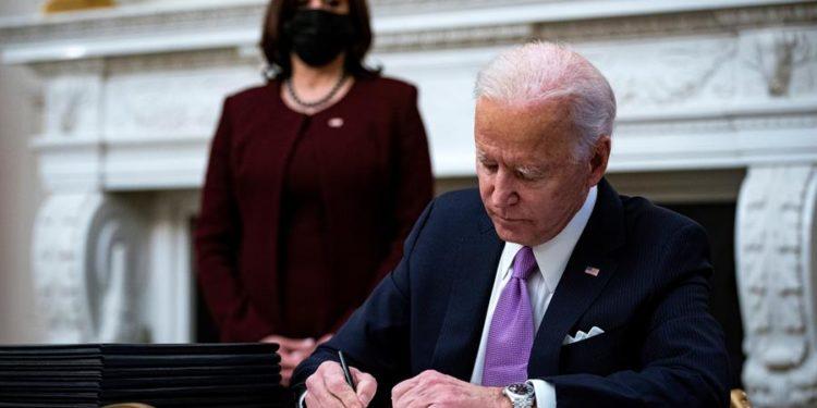 Biden firmando