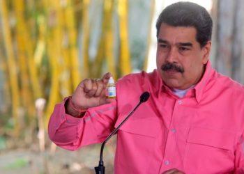 Marcano y Herrera explican los detalles detrás de medicina Carvativir que Maduro sostiene en mano