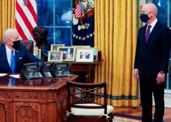 Julia Preston declara sobre las políticas migratorias de Biden-Mayorkas en defensa de los migrantes. En la foto Biden está sentado frente a su secretario de Seguridad Nacional en la Oficina Oval de EE:UU