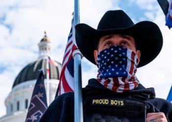 Rafael Bernal considera que las dos alas republicanas dependen entre sí. Un Proud Boy, grupo de extrema derecha en Norteamérica, sostiene una bandera de Estados Unidos frente al Capitolio.