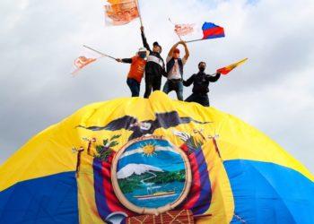 Arturo Moscoso explica las posibilidades de Arauz de alcanzar la presidencia de Ecuador. En la foto el candidato de izquierda celebra el cierre de campaña con personas afines a su movimiento político.