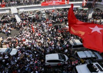Miles de personas y Myanmar
